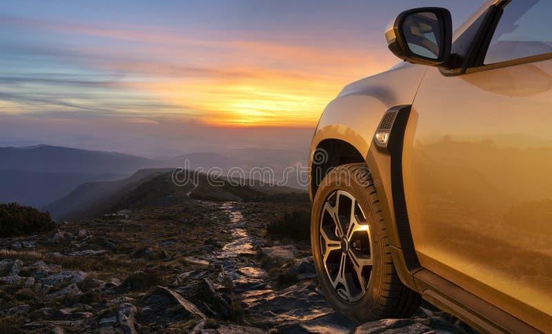 SUV op de bergbovenkant royalty-vrije stock fotografie