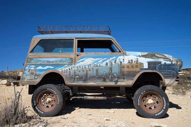 Suv pintado do vintage na cidade fantasma texas EUA do terlingua foto de stock