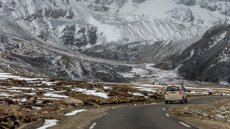 SUV que viaja a través de los caminos himalayan de Sikkim del norte cerca del lago Gurudongmar en 17000 pies de altitud, Lachen,  fotografía de archivo