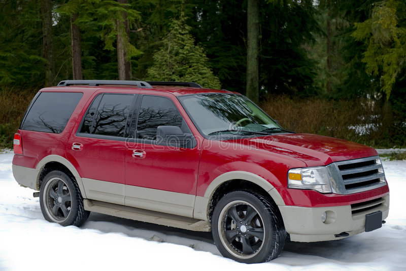 Suv rojo en invierno imagen de archivo