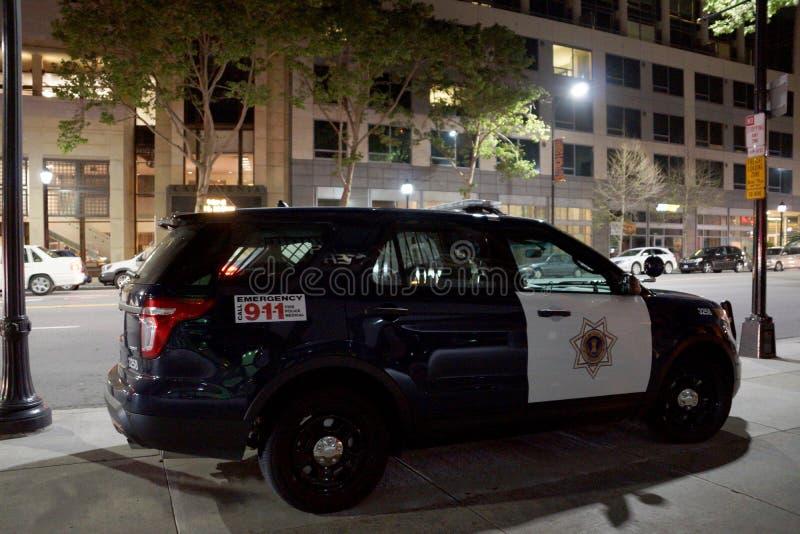 SUV snutmedel som parkeras på trottoaren royaltyfri foto