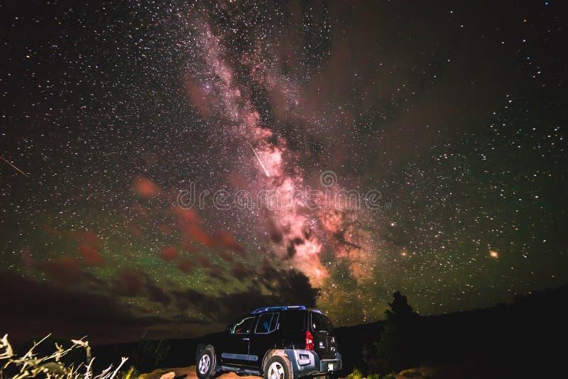 SUV sob as estrelas brilhantes da galáxia da Via Látea, Moab Utá fotos de stock