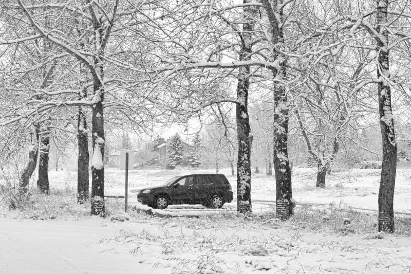 SUV solitario en tormenta de la nieve foto de archivo libre de regalías