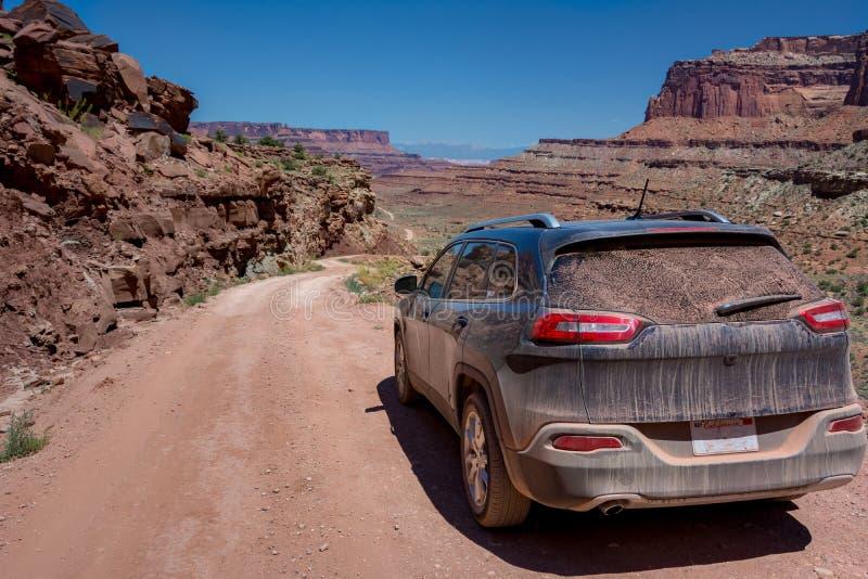 SUV su strada nel parco nazionale di Canyonlands, Stato dello Utah, USA immagini stock libere da diritti