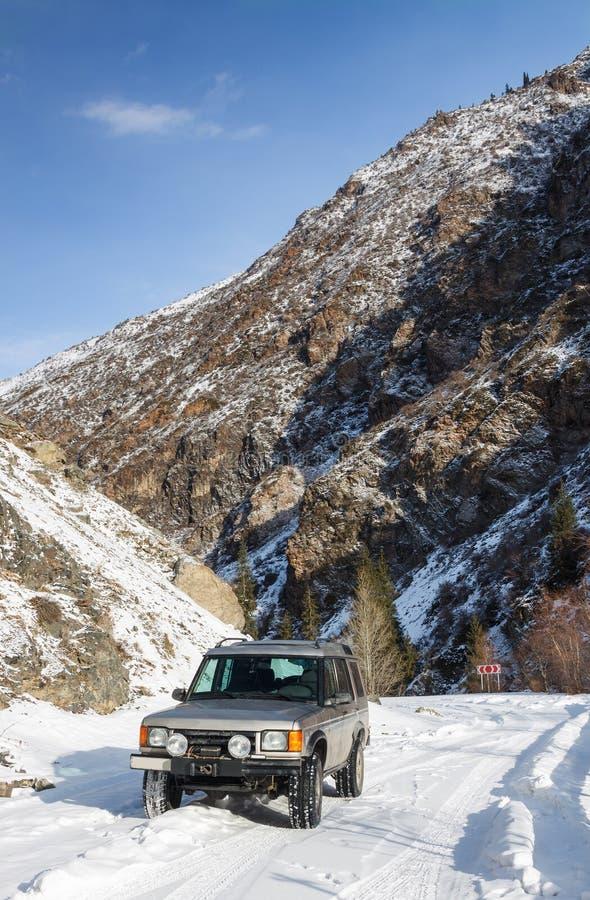 SUV sur une route neigeuse de montagne photo libre de droits