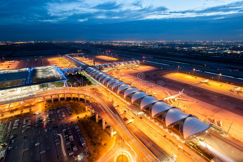 Suvarnabhumi lotnisko przy nocą obraz stock