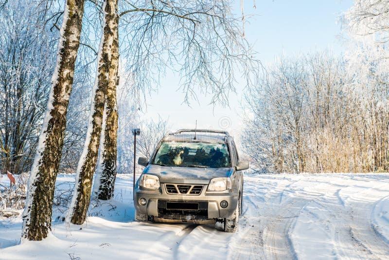 Suvauto in de winter royalty-vrije stock afbeeldingen