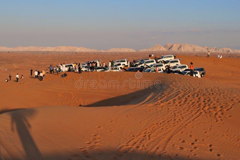 SUVs che riposa sul safari del deserto fotografie stock libere da diritti