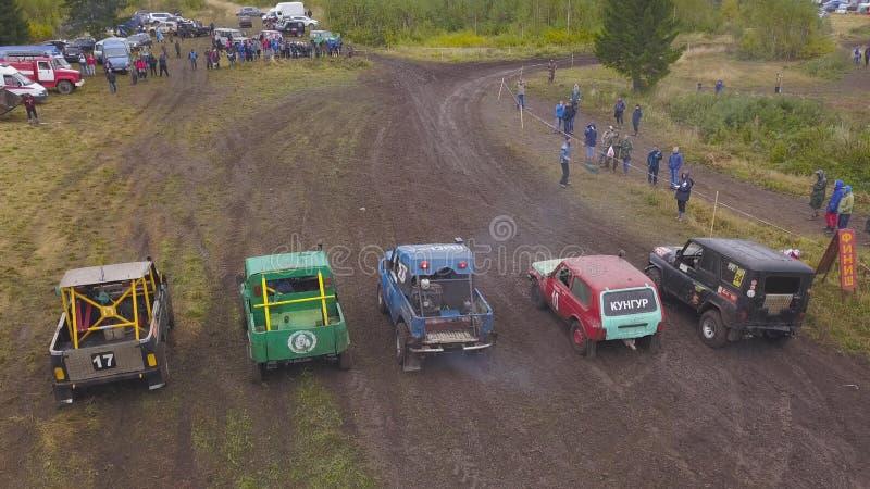 SUVs está na fileira na natureza grampo Vista superior de SUVs no começo de raças sujas Motorsport extremo de SUVs imagens de stock