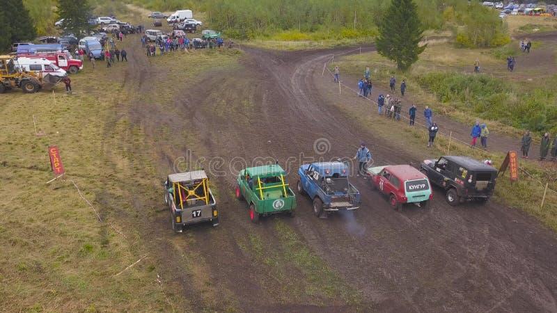 SUVs está na fileira na natureza grampo Vista superior de SUVs no começo de raças sujas Motorsport extremo de SUVs imagem de stock royalty free