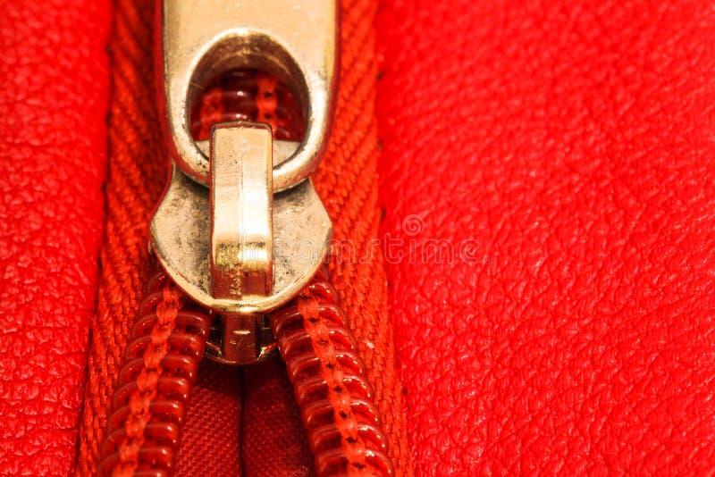 Suwaczek częsciowo otwarta oprawa wpólnie dwa warstwy czerwona tkaniny tkanina i czerwieni skóra pod wysokim powiekszaniem obrazy stock