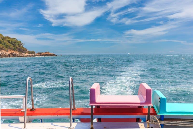 Suwak na łodzi w oceanie obrazy stock