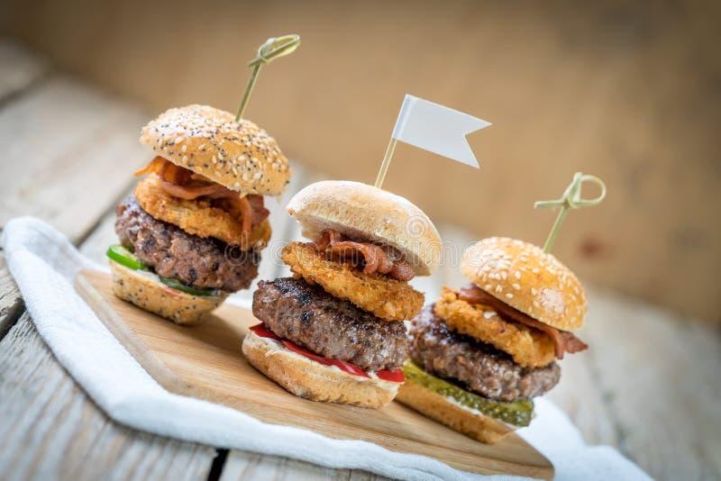 Suwaki wzmacniają wysokich minych hamburgery dzieli jedzenie zdjęcie royalty free