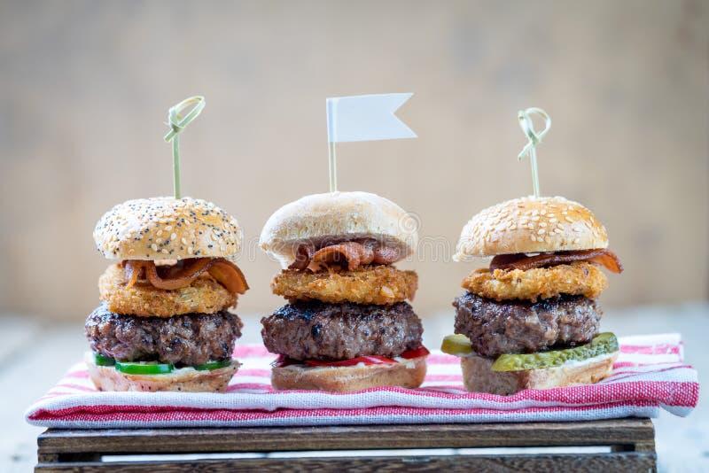 Suwaki wzmacniają wysokich minych hamburgery dzieli jedzenie obrazy royalty free