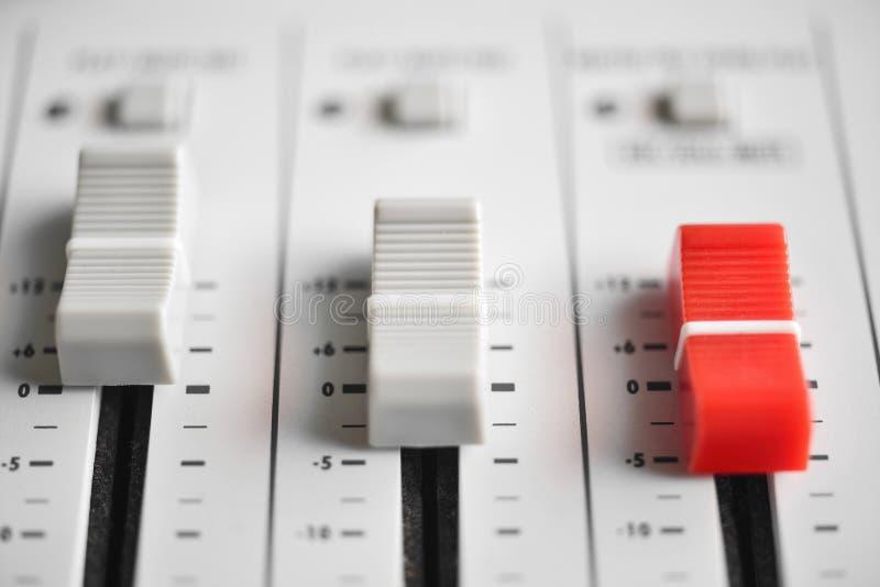 Suwaki zrównują z środkowym czerwonym obruszeniem cyfrowy Rozsądny melanżer zdjęcia royalty free