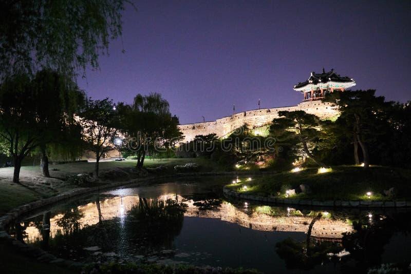 Suwon, Corea del Sud - 29 aprile 2018: Vista di notte della fortezza di Hwaseong e dello stagno di Yongyeun fotografie stock libere da diritti