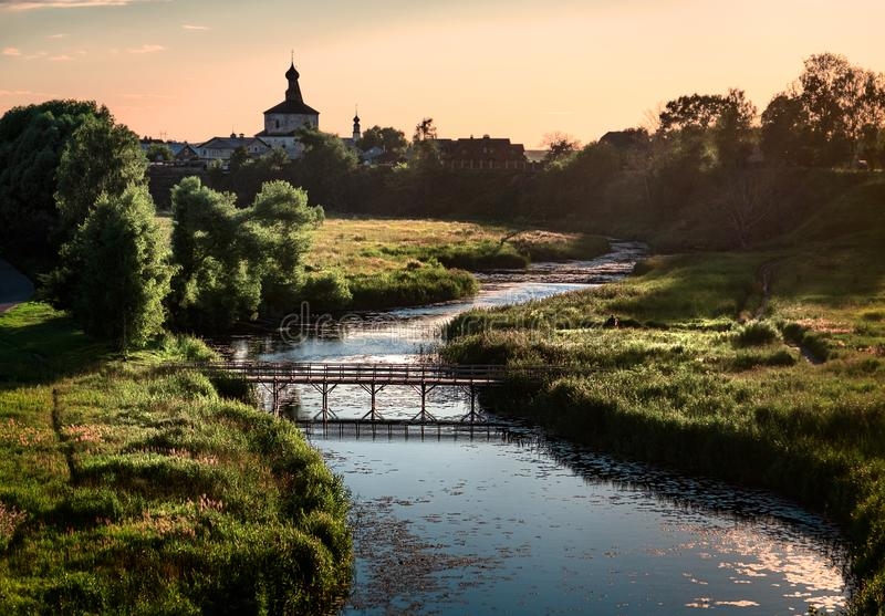 Suzdal au coucher du soleil Pont au-dessus de la rivière, nénuphars La beauté de la province russe La Russie au coucher du soleil images stock