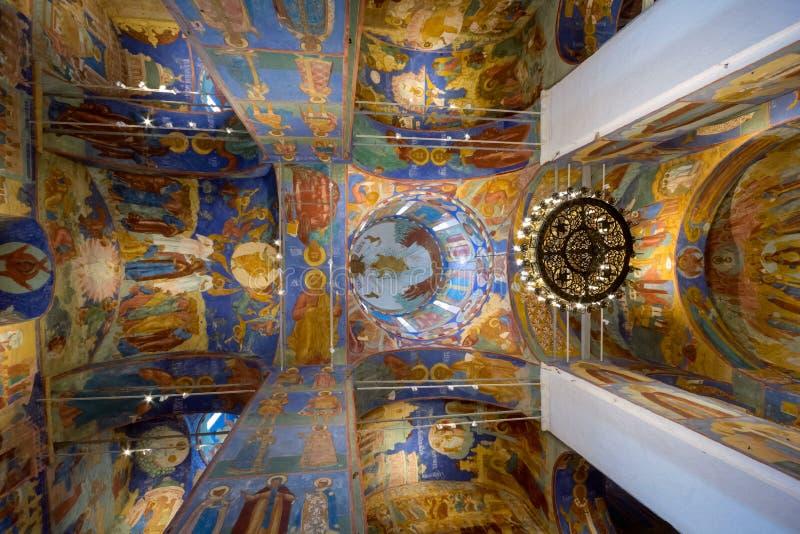 Suzdal Rússia - em junho de 2016 Fresco do teto da catedral da transfiguração imagens de stock
