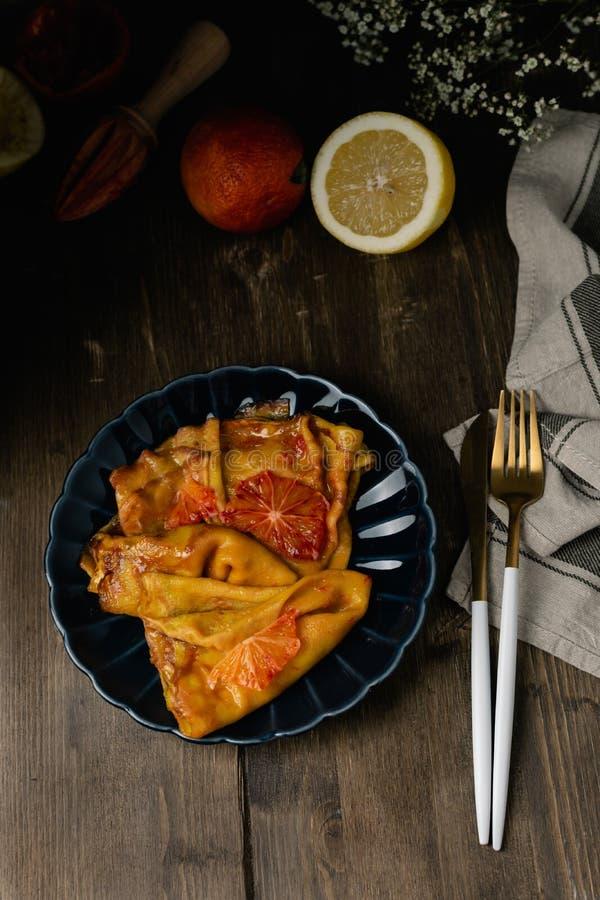 Suzette français traditionnel de crêpes avec les oranges ensanglantées rouges, crêpes russes de blini - repas de festival de masl photo stock