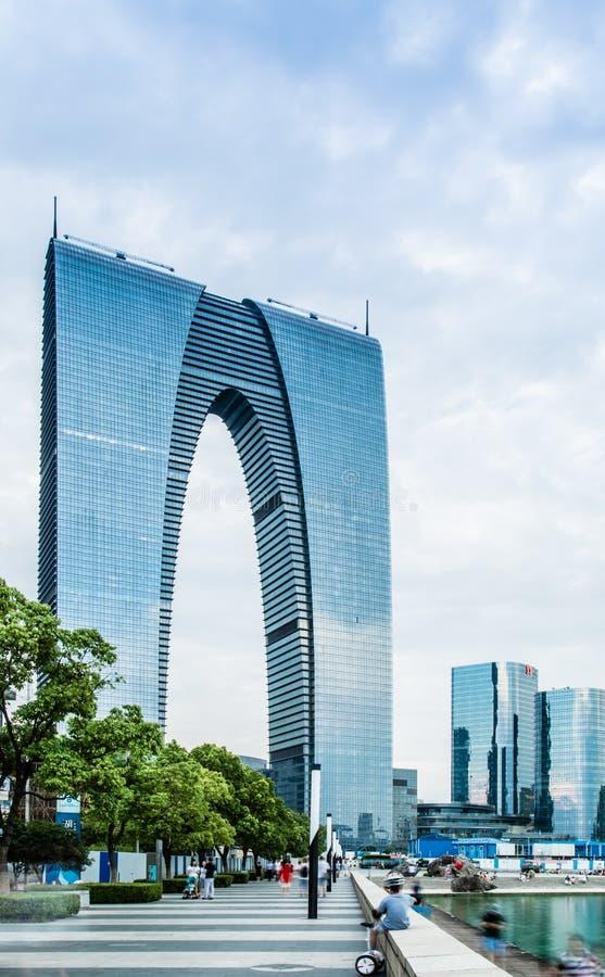 Suzhou, China 19 DE AGOSTO DE 2017: A porta do leste da construção nova do marco de Suzhou imagem de stock