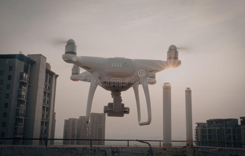 Suzhou, China - 3 de julho de 2019: Fantasma 4 de DJI pro - quadcopter do zangão de RC com voo da câmera em um por do sol ensolar foto de stock royalty free