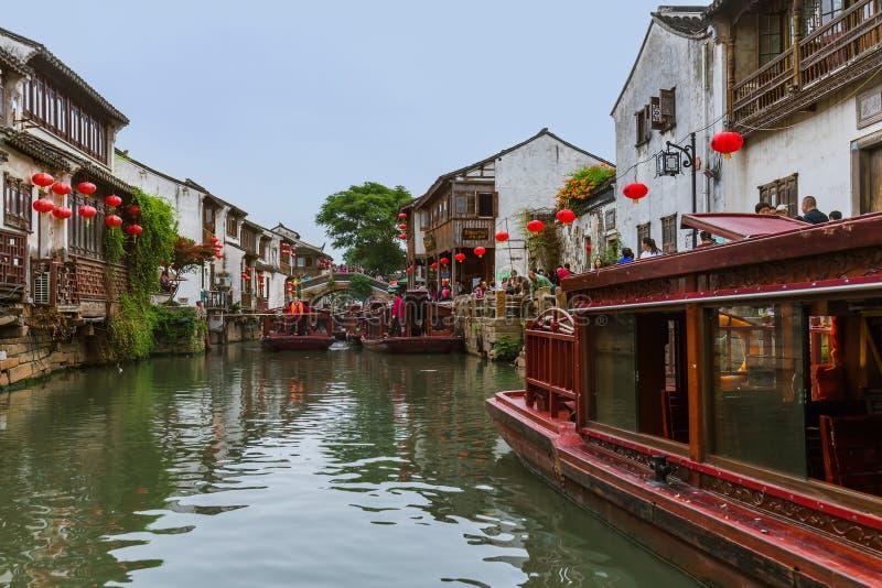 Suzhou, Cina - 21 maggio 2018: Crociera della barca sulla città del canale della S immagini stock