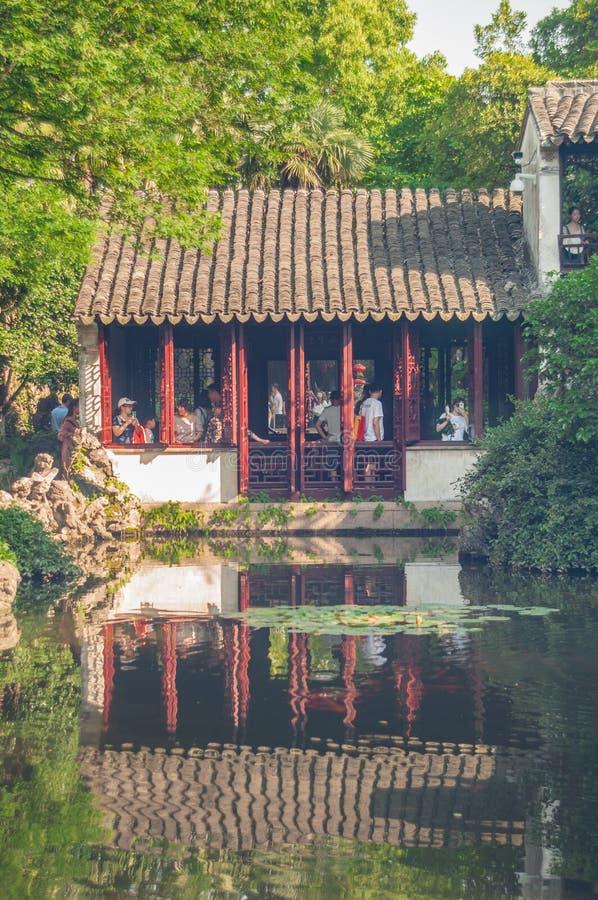 SUZHOU KINA - MAJ 28,2017: Kinesisk paviljong vid dammet royaltyfria bilder