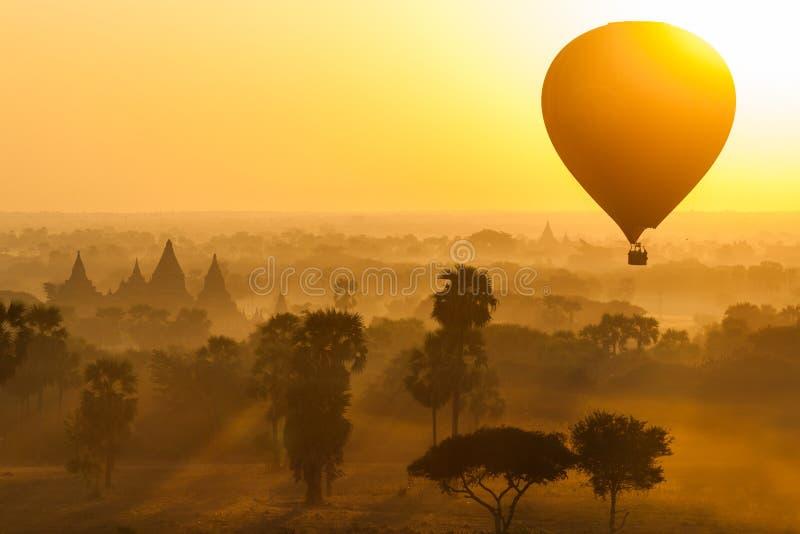Svälla över slätten av Bagan i dimmig morgon, Myanmar arkivfoto