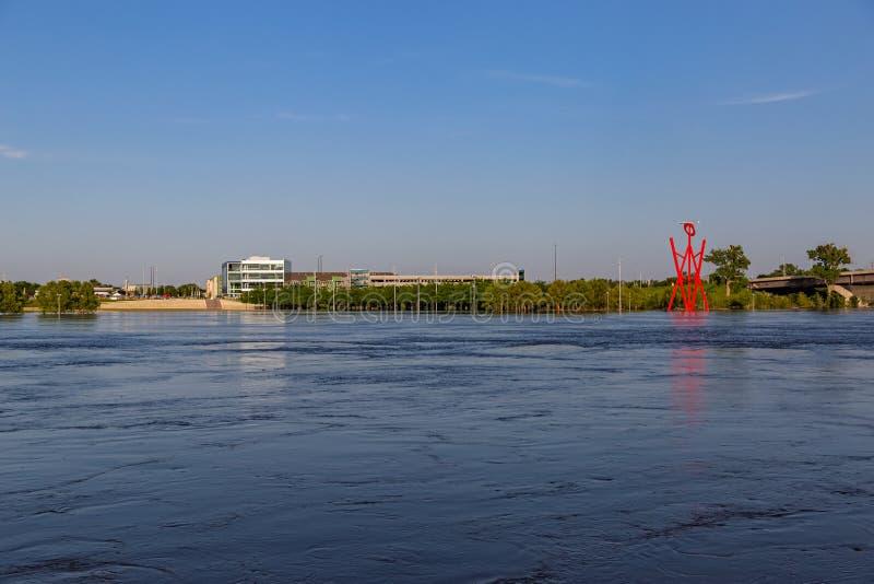 Svällde Missouri River på Omaha Nebraska Riverfront som översvämmar Toms Hanafan Rivers kant, parkerar i rådbluffar Iowa royaltyfri foto