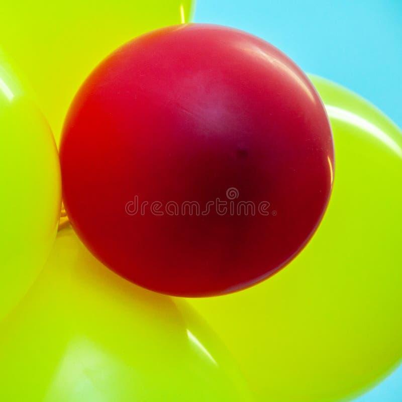 Sväller closeupen Gula tre och en som är röd arkivfoton