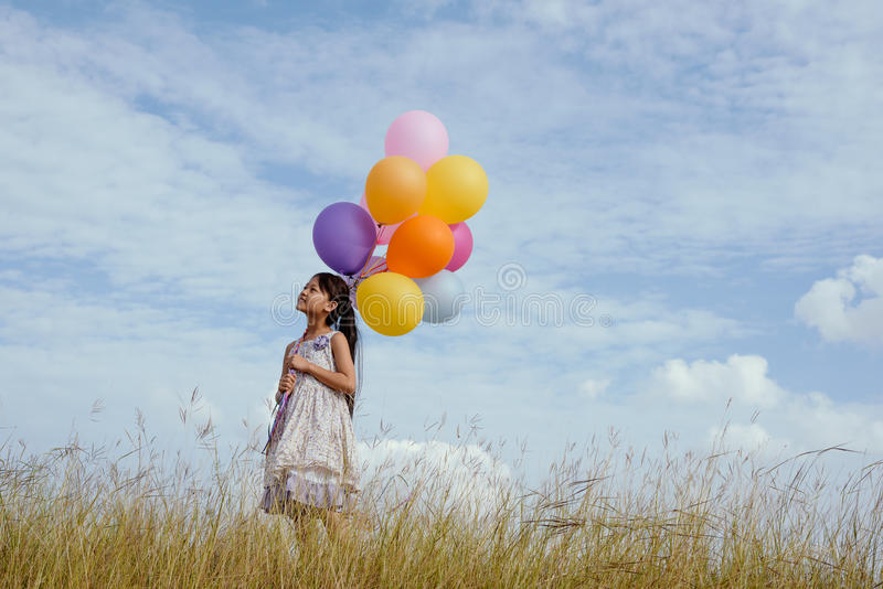 sväller den lyckliga färgrika flickan royaltyfria bilder