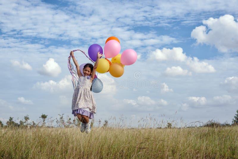 sväller den lyckliga färgrika flickan royaltyfri foto