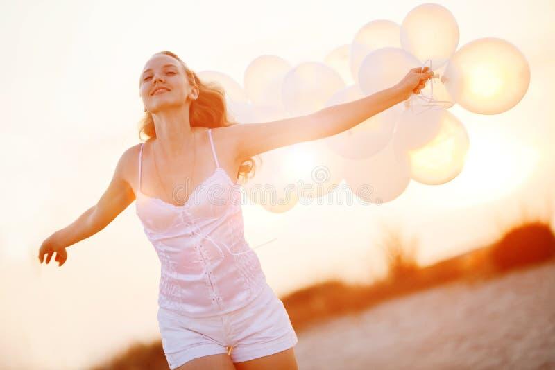 sväller den lyckliga flickan fotografering för bildbyråer