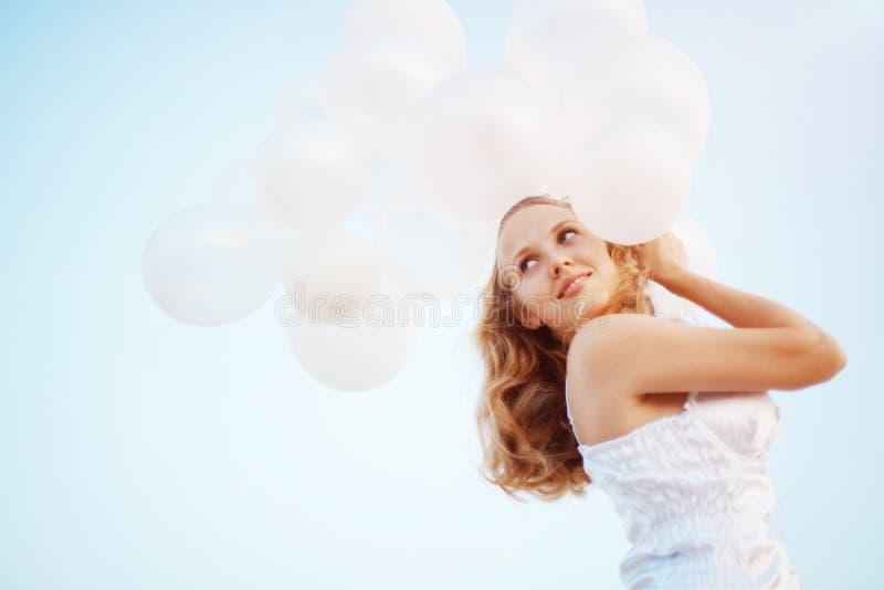 sväller den lyckliga flickan arkivfoto