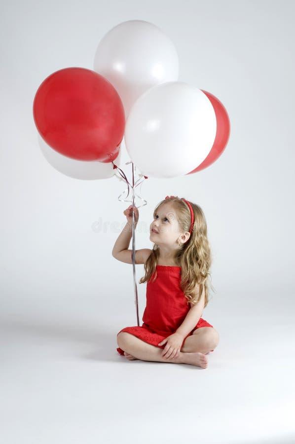 sväller flickaholdingen royaltyfri foto