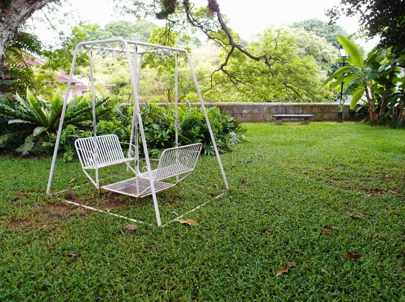 Svänga i trädgård arkivbild
