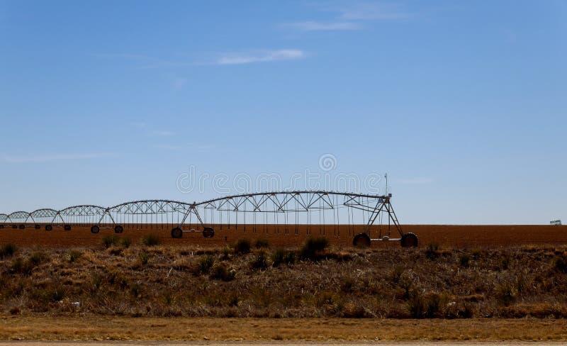 Svängtappbevattningsystem på jordbruksmark i den Arizona öknen royaltyfri bild