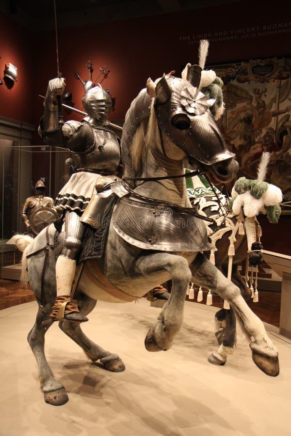 Svärd som hanterar riddaren på en häst royaltyfri bild