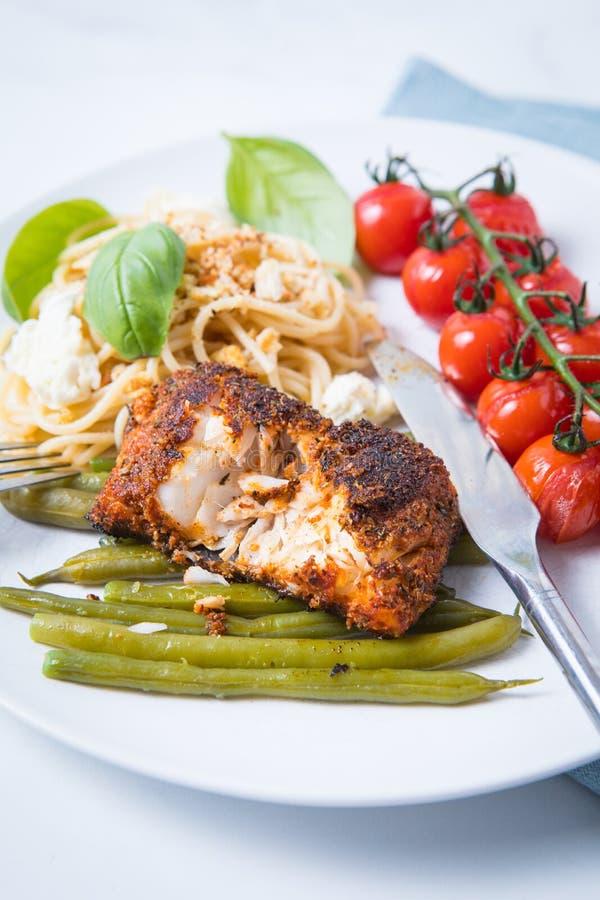 Svärtad torsk med grönsaker fotografering för bildbyråer