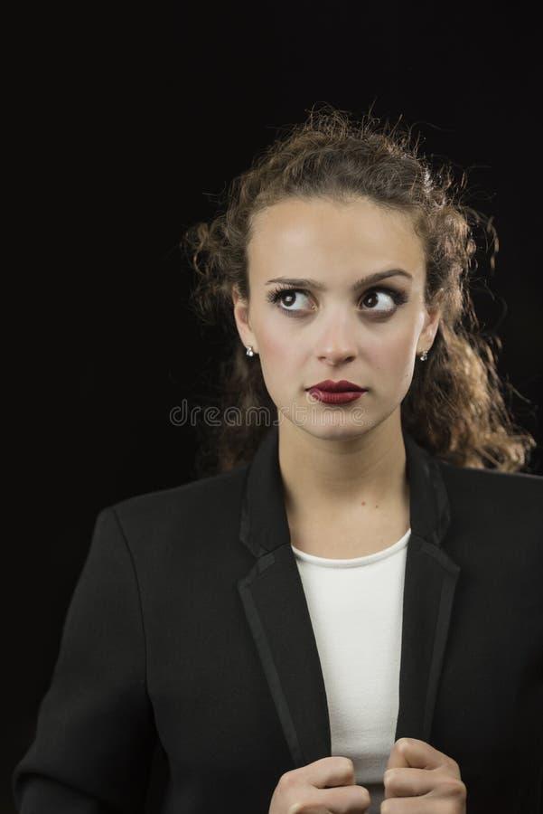 Svärtar den unga kvinnan för affären med den vita skjortan och omslaget i studio fotografering för bildbyråer
