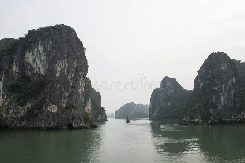 Sväva öar i Halong skälla i vintern, Vietnam royaltyfri fotografi