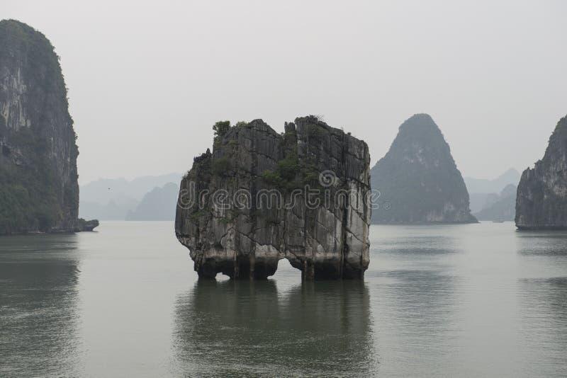 Sväva öar i Halong skälla i vintern, Vietnam arkivfoton