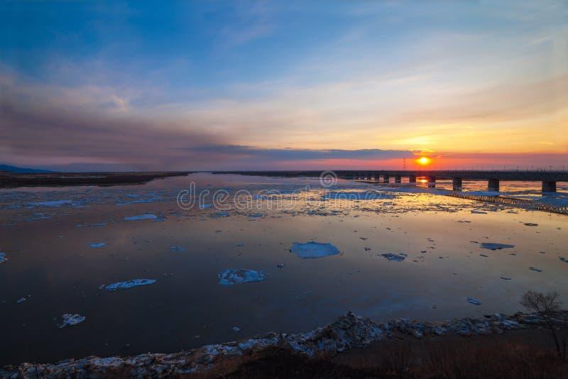 Sväva av is på Amur River i Khabarovsk, Ryssland arkivfoto