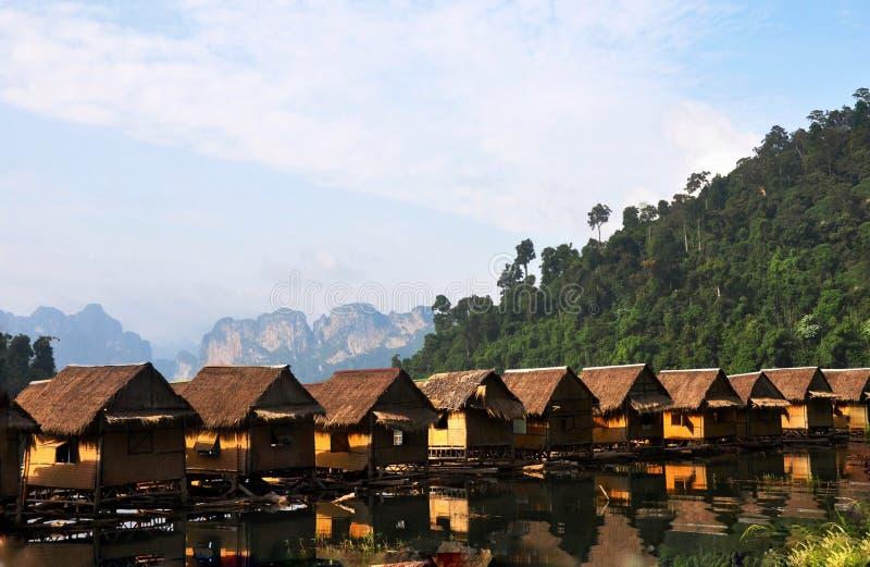 SVÄVA BUNGALOWER I KHAO-SOCKAN THAILAND fotografering för bildbyråer