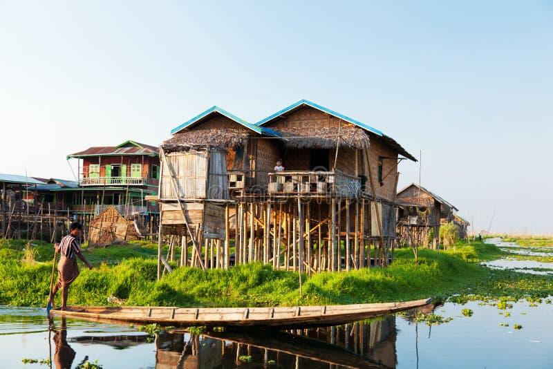 Sväva byhuset i Inle sjön, Myanmar arkivfoton