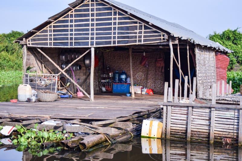 Sväva byhuset nära Siem Reap i Cambodja arkivfoton