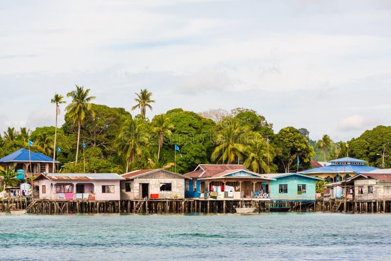 Sväva byn nära den Sipadan ön i Borneo Malaysia arkivbilder