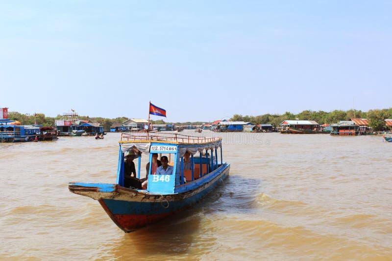 Sväva byn och fartyg på Tonle underminerar sjön i Cambodja royaltyfria bilder