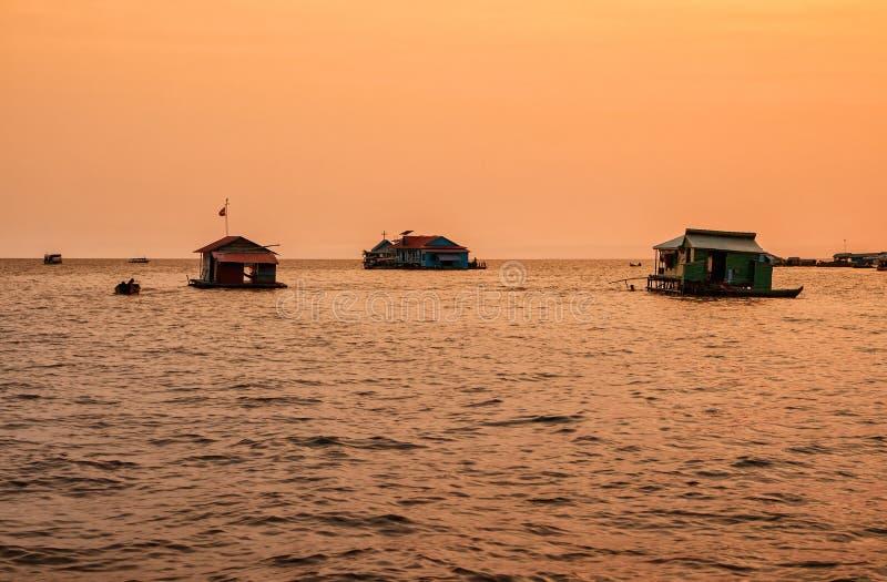 Sväva byn på sjön Tonle underminera, Cambodja arkivfoto