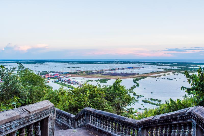 Sväva byn på Tonle underminera royaltyfri bild